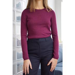Armani Exchange sweater i bordeaux. Lavet i 100% Merino uld. Størrelsen hedder S/M. Brugt få gange og er i fin stand. Der er dog spor af en reparation på ærmet (se sidste billede).
