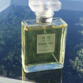 Da den første Chanel solgte så hurtigt, vælger jeg at sætte min anden til salg med det samme!😊 Dette er en Chanel N19, kun sprøjtet enkelte gange, hvorfor den står som ny🌼🌼  Størrelsen er 50 ml, og den er købt tidligere i år til lige godt 1200 kr.   Kan enten sendes eller afhentes i Roskilde🌻
