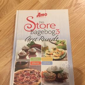 Den Store Bagebog 3 Amo    Amos tredje bagebog giver ideer til bagning hele året rundt. Bogens opskrifter passer nemlig til de forskellige årstider. I bogen findes opskrifter til alt fra picnickurven til vinterens lune bagværk.
