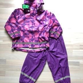 Fragt med Dao via TS handel er Kun 33 kr! Nyt danefæ regntøj str 110 med svane motiv god kvalitet nypris 450kr  Handler gerne MobilePay.