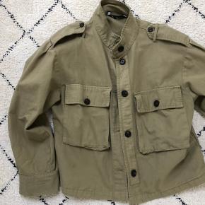 Army-grøn jakke fra Zara, brugt en del men har ingen synlige tegn på slid. Kan afhentes i Århus C eller sendes på købers regning🤗 BYD gerne!