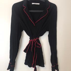 Skjorte fra Gestuz - kan bruges med og uden bælte :) brugt få gange