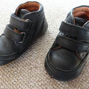 Bundgaard Prewalker hjemmesko II Velcro i læder str. 22  de er FULDSTÆNDIG som nye kun brugte én gang  da de er købt for små. Har kostet Kr. 400,-  Kommer fra et røg- og dyrefrit hjem