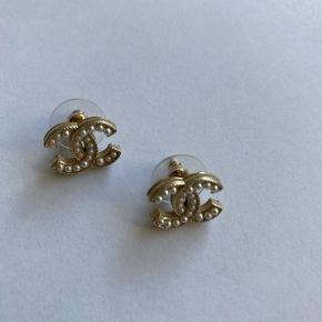 Yderst velholdte Chanel perle vintage øreringe. Måler 1.5 x 1 cm (små).