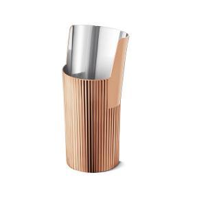 Den højglanspolerede overflade kombineret med riflet stål giver de eleganter linjer et unikt twist. PVD er en miljøvenlig coating - teknologi, der giver stål overfladen dens rosa farve og en tynd, men meget holdbar overflade. H: 140 mm. D: 70 mm.  Designer: Patrica Urquiola  Kan indeholde 0,2liter. ALDRIG BRUGT ELLER PAKKET UD AF FOLIE