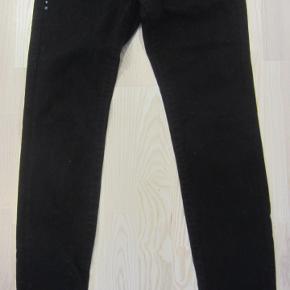 STR. 27 (S/M). Super fede og yderst velholdte jeans, der kun har været brugt ganske få gange, så de ser stadig ud som nye. Kvaliteten er kraftig og meget elastisk i 98% bomuld & 2% spandex. Jeg synes, at benene er ekstra lange, så man kan bare lave et opsmøg, hvis de er for lange. Indvendige benlængde: ca. 85,5 cm. Livet måler fra side til side ca. 37 cm., og så kan det give sig en hel del pga. den elastiske kvalitet.  Porto: 38 kr. sendt som pakke uden omdeling med DAO.  Jeg har tøj til både baby, piger, drenge, kvinder og mænd i stort set alle størrelser. Send mig blot din mailadresse, og skriv hvilke størrelser du er interesseret i. Så sender jeg en mail retur med billeder/beskrivelser/priser.