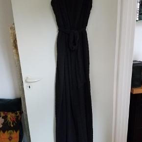 Varetype: Maxi Størrelse: 38 Farve: Sort Prisen angivet er inklusiv forsendelse.  Smuk lang kjole fra Inwear. Str 38 men passer også fint str 40. Er foret. Nypris 1000,- og stadig med tags og ubrugt. Sælges for 450,- Jeg Hr den også i støvet rosa på anden annonce.