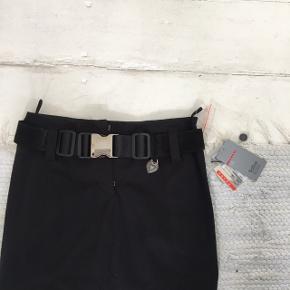 Flot Prada nederdel med bælte.   Måler 65 cm i livet.    Kvittering haves ikke, men har stadig prismærke.