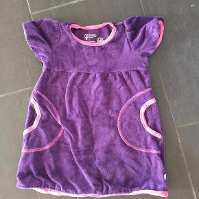Varetype: Kjole Farve: Lilla,  pink  Fin blød velour kjole fra Katvig.