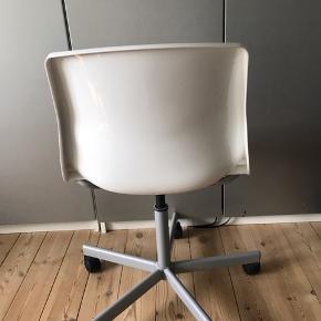 Fin stol fra IKEA. Mere en børne skrivebordsstol 8-14 år. Mål : 80 cm i højde og 45 i længde ;). Den kan godt justeres i højden. Kan afhentes i Hvidovre. Røgfrit hjem.