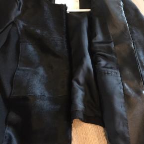Fremstår ny. Koskind, læder og uld. Smuk jakke/Blazer. Nypris 1500,-