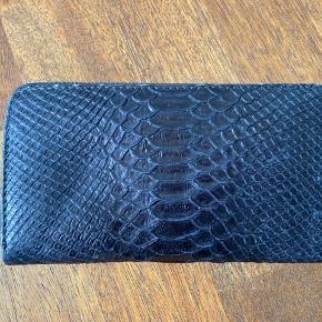 Sælger denne Zadig & Voltaire pung. Brugt en del, men stadig i fin stand.