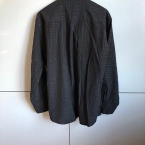 #Secondchancesummer Skjorte i sort med råhvide striber i ternet mønster. Fremstår uden synlig slitage eller skrammer.