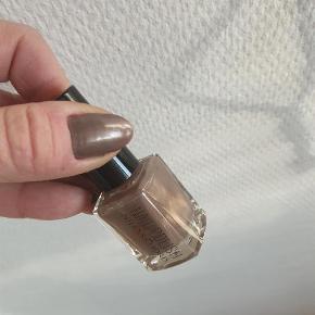 Varetype: Neglelak Størrelse: Alm. Farve: Brun  Jeg købte denne neglelak, men den passede ikke til min kjole. Jeg har den på på billedet..  Jeg bytter ikke..