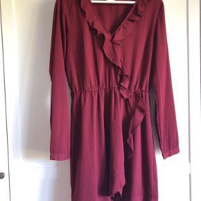 Smuk Bordeaux kjole fra vila! Brugt få gange og perfekt til lyse jeans.
