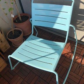 Loungesæt til terrasse (2 gyngestole + bord) i turkis (farven er ens på stole og bord). Har stået på overdækket altan. Fin stand med enkelte brugsspor.   Stole mål Højde: 75 cm Siddehøjde: 40 cm Længde: 80 cm Bredde: 75 cm  Bord mål Højde: 33 cm Længde: 81 cm Bredde: 50 cm
