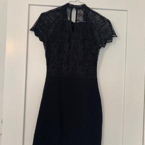 Sort figur syet kjole fra ZARA  Blonder ved ryggen  Lille i størrelse Lille m og en s kan sagtens passe den