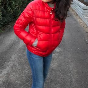 """Sælger min flotte jakke:( den er """"pist kasse rød"""" den kostede omkring de 2000 på tilbud men sælges for 1700 da den er blevet brugt meget kort! Den er fin som efterårs jakke eller forår og går også til en lidt varm sommer jakke💗 sælges pg. Penge mangel OBS! det er en str 14 i børne str💜"""