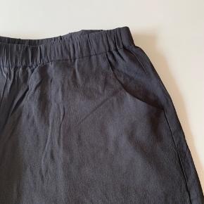 Lette shorts fra Gozzip med små lommer. Farven er sort, men svær at fange ordentlig på billede. Kun brugt få gange.