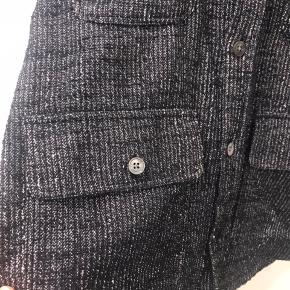 NN07 Overshirt. Style: Eddard 5023 93% Cotton 7% Polyamide Italian Fabric. Fra NN07 Italien kollektion, Syningen ved to knappe huller er gået op, men kan ikke ses når knappen er lukkede, ellers fejler den ingen ting.
