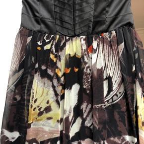 Rigtig flot maxi kjole fra Karen Millen med sommerfugle print. Er brugt 2 gange og har ellers bare hængt i skabet. Er ellers så fint til diverse arrangementer