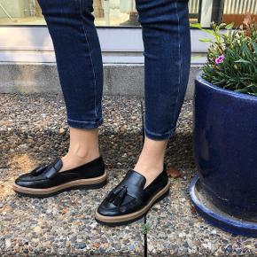 Sorte Clarks loafers i læder og ruskind med fin kvast foran. Str. 37. Brugt 1 gang.   NP: 700 kr,-