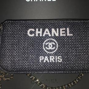 Super flot Chanel Deauville crossbody/Clutch on chain. Fremstår som ny. Bytter ikke og handler ikke TS. Kan afhentes i Virum.