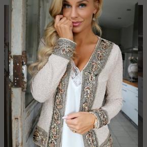 *Prisen er 299 kroner ekskl. fragt.(Np: 449,-)  Buch Jacket Lea - jakke/cardigan fra Buch med glitter i både stof og i den påsyede dekoration på ærmerne, langs kanten samt langs fronten. Har brugt den 2 gange. Str. L - passes af en M/L og der er en del stræk i.  🌸 SÅDAN HANDLER JEG 🌸  💙 BETALING VIA MOBILE PAY 💙 💚 Varen går til først betalende. 💛 Bytter/refunderer ikke/tager ikke varer retur. ❤ Aktiv annonce = IKKE solgt. 🏠Hentes på Amager (2300) 📮eller sendes på købers regning med Dao(fra 33kr)/GLS(fra 39kr) - sikkerhed for både dig og mig 👌.  ✉Brev post via PostNord er på eget ansvar. 📸 jeg sender altid billede af pakken, forsendelses oplysninger og indleverings kvittering.  VED AFHENTNING: Udlevering af vejnavn når du er på vej. Resten af adr. får du, når du er her. Bliver tit brændt af - på forhånd tak for forståelsen!🏡  Slået op flere steder.   * Ønskes en T-handel, er prisen +5%.