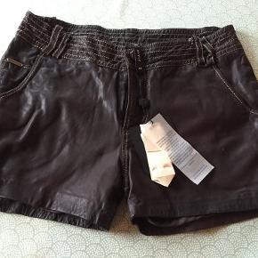 Læder shorts. Aldrig brugt. Den ene bælte strop er løs