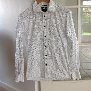 Hvid skjorte med sorte prikker Mænd skjorte Farve: Hvid Oprindelig købspris: 400 kr.