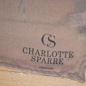 Stort, flot tørklæde i silke fra Charlotte Sparre. Måler ca. 81 x 84 cm. Bundfarven er grålilla. Meget fin stand. #30dayssellout
