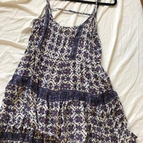 Fin Brandy Melville kjole i small. Fin åben ryg og flot mønster. Brugt men er stadig i flot stand fejler intet  Zara H&M Nelly Asos
