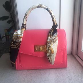 Flot håndtaske i laksefarvet/fersken/rødlig/pink nuance og med lang strop så den kan bruges crossbody Aldrig brugt - intet slid