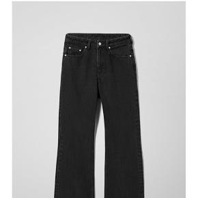 Sælger disse jeans fra Weekday i modellen Mile. Beskrives som Højtaljede / High waist, Comfort fit, flared led. Dog vil jeg mene de er mere straight leg. Sælges blot da de er købt i den forkerte størrelse. Størrelsen hedder 29/32. Passer nok en s small. Jeg er 175. De er aldrig brugt og der er stadig prismærke på. 💙