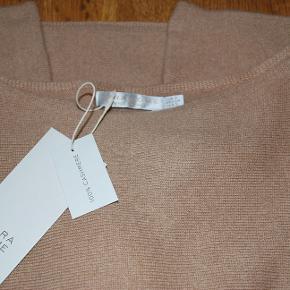 100% Cashmere sweater fra Zara Home. Homewear eller til alm udendørs brug str small, men så oversize, at alle kan passe den! ubrugt med tags på nypris 1149,- min pris 575,-