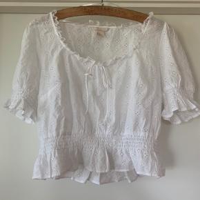 Super fin bluse som jeg desværre ikke får brugt. Lille i størrelsen. Passer fint en M eller L. Kom med et bud 🌷