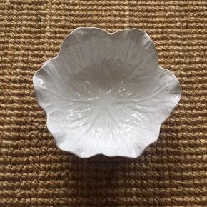 Fin mellemstørrelse bladskål. 22 cm bred og ca. 9 cm høj.