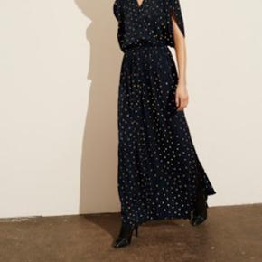 Lang Stine Goya kjole med slids i den ene side meget fine ærmer og elastic i taljen. Super easy og fin
