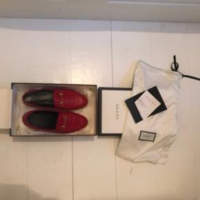 Overvejer at sælge dette skønne Gucci loafers i størrelse 37,5, hvis ikke der er en det vil bytte med et par i sorte.   Købt i 2018. Kvittering, æske og poser følger med.    Sko, støvler, boots, skor, stiletter, heels, flats, ballerina, ballerinaer, røde, red, leather, læder, gucci