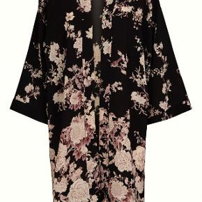 Bytter ikke. Mp. kr. 1.200,- Plus pakkeporto kr. 38,- uden omdeling, forsikret.  Købspris: 2300 kr. Varetype: Kimono Farve: Sort bund med lyserøde/ rosa blomster ranker. Kimono - cardigan fra Sand Copenhagen str. L. Kimonoen er sort, med smukt blomster-print. Den har lange vidde-ærmer og er åbentstående foran. Kimonoen har slidser i begge sider. Sand størrelsesguide str. L/40: Bryst mål 95 cm Talje mål 80 cm Hofte mål 104 cm Længde: 104 cm Slids længde 28 cm. Materiale: 97% polyester, 3% elasthane Kommer fra et ikke ryger hjem.