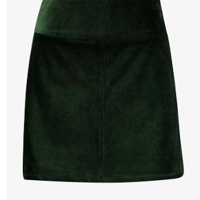 Flot nederdel i fløjl - kun brugt én gang 🌱