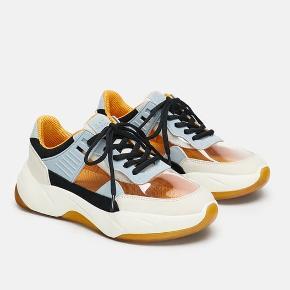 Nye sneaks fra ZARA. Prøvet på én gang og sælges da jeg ikke kan passe dem. De er meget normale i størrelsen og fitter en 39.