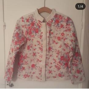 Smuk blomstret vintage jakke med knapper 🌸  Kåbe / bedjacket / quiltjakke / quiltet jakke.   Materiale som et vattæppe - dejlig blød.    OBS: Ingen størrelse i, vurderes til XS/S  Skuldermål ca. 50 cm Brystmål ca. 2x43 cm Ærmelængde ca. 55 cm