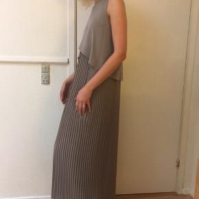 Meget elegant lysegrå kjole str. XS fra Cos sælges. Længde 132 cm. Den har ikke været brugt, og fremstår derfor som ny. Se også mine andre annoncer, da jeg sælger ud af klædeskabet ☀️🌸☀️