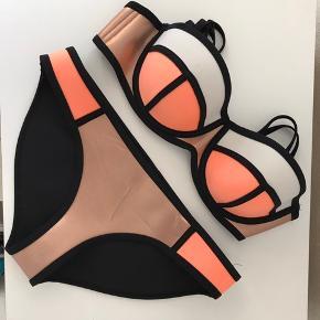 Fin bikini fra triangl, købt i 2015 mener jeg. Er brugt 1 enkelt gang - mener np var ca 700. Den er lidt lille i størrelsen