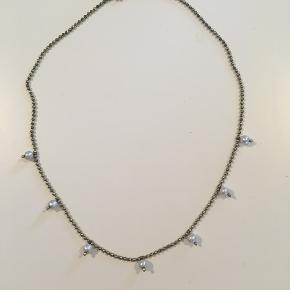 Fin bijouteri kæde, 41 cm lang, med perler.