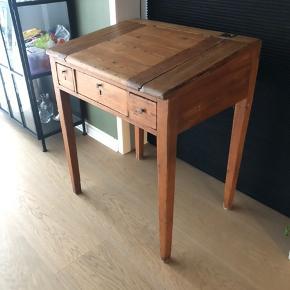 Det fineste gamle pult/bord.  Der er låge i bordpladen.