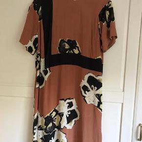 Dejlig kjole, købt brugt men står flot. Der er en plet af ??? Den ses næsten ikke, men jeg har prøvet at fange den på billedet. Prisen er sat herefter. BYD gerne.