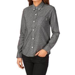 Cool buttondown skjorte i lækker, kraftig bomuldskvalitet. Kun brugt få gange. Måler 51 cm over brystet og 64 cm i længden.   Sælges meget billigt, så prisen er endelig.