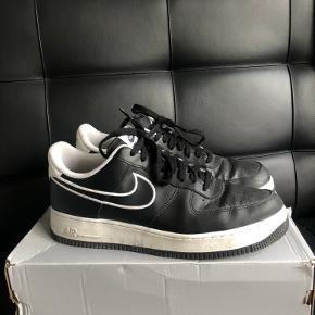 Nike air Force 1 i sort med hvid sål og fede detaljer